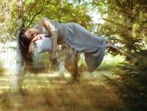 muchacha durmiente en la levitación fotos de archivo