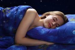 Muchacha durmiente en la noche Fotografía de archivo