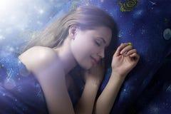 Muchacha durmiente en la noche Foto de archivo libre de regalías