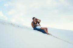 Muchacha e individuo hermosos jovenes en amor al aire libre Fotos de archivo