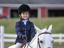 Muchacha ecuestre joven en el caballo blanco imágenes de archivo libres de regalías