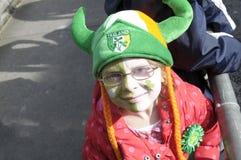 Muchacha el día del St Patricks Foto de archivo