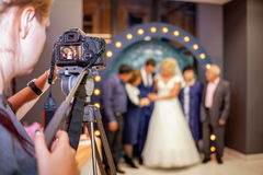 Muchacha el fotógrafo en la boda Foto de archivo libre de regalías