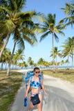 Muchacha el vacaciones que camina en el parque por el océano Fotografía de archivo libre de regalías
