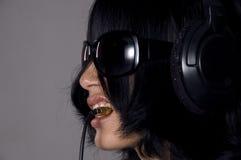 Muchacha electrónica de los auriculares Fotos de archivo libres de regalías
