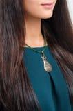 Muchacha elegante con los labios sensuales y el cuello que lleva del pelo largo con c Foto de archivo libre de regalías