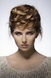 Muchacha elegante con pelo-estilo creativo Imagen de archivo libre de regalías