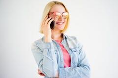 Muchacha elegante con un smartphone Fotos de archivo libres de regalías