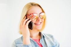 Muchacha elegante con un smartphone Foto de archivo