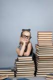Muchacha elegante con una pila de libros Foto de archivo