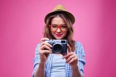 Muchacha elegante de moda que usa la cámara retra Fotografía de archivo