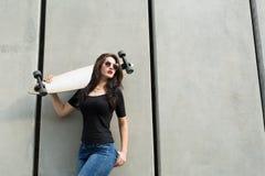 Muchacha elegante del adolescente con un longboard Imagenes de archivo