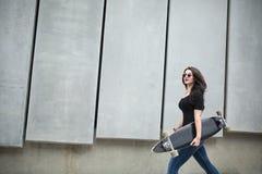 Muchacha elegante del adolescente con un longboard Foto de archivo