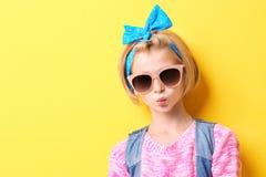 Muchacha elegante del adolescente en fondo amarillo Fotos de archivo libres de regalías