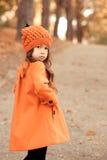Muchacha elegante del niño que presenta en chaqueta del invierno Fotos de archivo