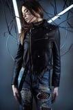 Muchacha elegante del robot en alambres en Cyberpunk del estilo en la chaqueta de cuero y vaqueros rasgados Fotos de archivo libres de regalías