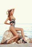 Muchacha elegante delgada hermosa en la mujer atractiva de la moda de la costa con las gafas de sol Imagen de archivo