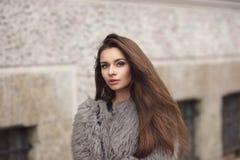 Muchacha elegante en abrigo de pieles Imágenes de archivo libres de regalías