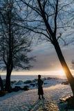 Muchacha elegante en abrigo de pieles y sombrero en la puesta del sol Foto de archivo libre de regalías
