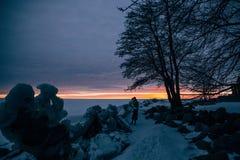 Muchacha elegante en abrigo de pieles y sombrero en la puesta del sol Fotografía de archivo libre de regalías