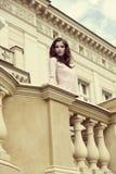 Muchacha elegante en balcón retro foto de archivo