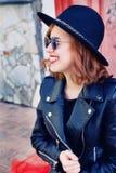 Muchacha elegante en chaqueta de cuero negra y falda larga Imagenes de archivo