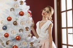 Muchacha elegante en día de fiesta de la Navidad fotografía de archivo libre de regalías