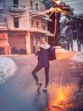Muchacha elegante en la calle Imagenes de archivo
