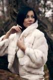 Muchacha elegante en la capa blanca con el alto collar Imagen de archivo libre de regalías