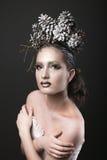 Muchacha elegante en la guirnalda del Año Nuevo de los conos del pino Foto de archivo