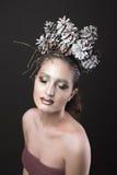Muchacha elegante en la guirnalda del Año Nuevo de los conos del pino Fotos de archivo libres de regalías