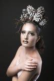 Muchacha elegante en la guirnalda del Año Nuevo de los conos del pino Fotografía de archivo