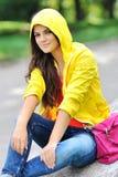 Muchacha elegante en la ropa colorida al aire libre Foto de archivo libre de regalías