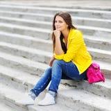 Muchacha elegante en la ropa colorida al aire libre Fotografía de archivo