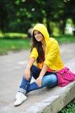 Muchacha elegante hermosa joven con el bolso en un parque del verano Fotos de archivo