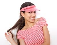 Muchacha elegante joven atractiva que sonríe con el casquillo Fotos de archivo libres de regalías
