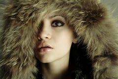 Muchacha elegante joven con el abrigo de pieles Foto de archivo