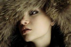 Muchacha elegante joven con el abrigo de pieles Foto de archivo libre de regalías