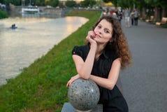 Muchacha elegante joven en parque de la tarde cerca del río Foto de archivo libre de regalías