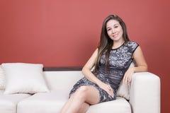 Muchacha elegante joven hermosa que lleva el vestido gris adentro Fotos de archivo libres de regalías