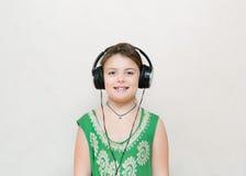 Muchacha elegante poco bastante feliz que goza de su pista del disco de la música Imagen de archivo libre de regalías