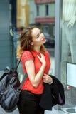 Muchacha elegante que camina abajo de la calle Imagen de archivo