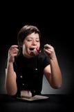 Muchacha elegante que come una torta de chocolate Imagen de archivo