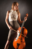 Muchacha elegante que juega en bajo-viol Foto de archivo