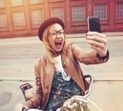 muchacha elegante que usa un smartphone fotografía de archivo libre de regalías