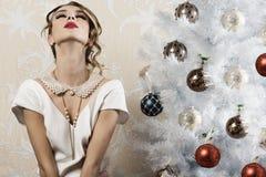 Muchacha elegante relajada en noche de Navidad Imagenes de archivo