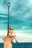 Muchacha elegante y de moda en el vestido de los colores de la primavera Imagen de archivo libre de regalías