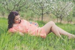 Muchacha embarazada con los ladrillos de madera en su vientre Imagenes de archivo
