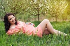 Muchacha embarazada con los ladrillos de madera en su vientre Imágenes de archivo libres de regalías