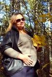 Muchacha embarazada en el bosque del otoño Imagen de archivo libre de regalías